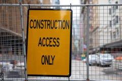 Знак доступа конструкции только на загородке сети металла на конструкции стоковые фотографии rf