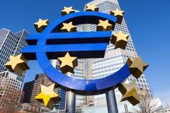 Знак евро на Европейском Центральном Банке размещает штаб в Франкфурте, Германии Стоковые Изображения