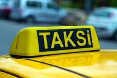 Знак желтого цвета Стамбула такси Стоковая Фотография RF