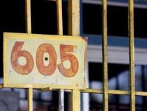 Знак желтого цвета 605 Стоковая Фотография