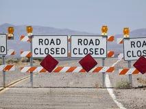 Знак закрытия дороги шоссе пустыни стоковое фото