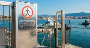 Знак запрещает доступ к пешеходам с текстом в испанском языке и Стоковое Изображение RF
