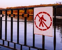 Знак запрещая вход в территорию стоковое фото
