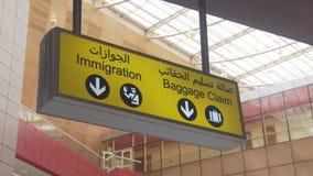 Знак заявки и иммиграции багажа на международном аэропорте акции видеоматериалы