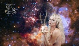 Знак зодиака козерога Астрология и гороскоп, красивый козерог женщины на предпосылке галактики стоковая фотография