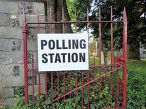 Знак избирательного участка Великобритании на предпосылках церков стоковое фото rf