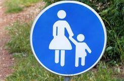Знак или символ для пешеходов Предупреждающий дорожный знак голубого младенца знака заботится когда прогулка через символ дороги Стоковые Фото