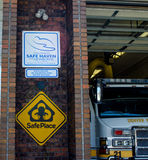 Знак и безопасное место спасительной гавани Стоковое фото RF