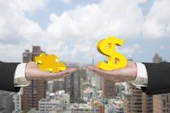 Знак и головоломка доллара соединяют с 2 руками Стоковое Изображение
