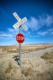 Знак и железнодорожный переезд стопа пустыни Стоковые Изображения