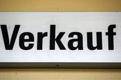 Знак или экран с - VERKAUF - в немце, переводе к английскому языку - ПРОДАЖЕ стоковые фотографии rf