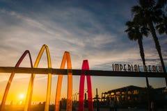 Знак и пальмы на заходе солнца в имперском пляже, Калифорнии стоковые изображения