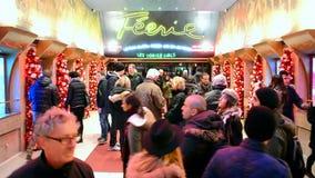 Знак кабара румян Moulin на ноче, entartainment в Париже, сток-видео
