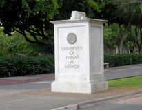 Знак камня Manoa гавайского университета на входе Стоковые Фото