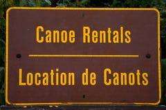 Знак каное арендный написанный в английско-французском положении de canots в национальном парке Канаде algonquin Онтарио для знак Стоковые Фотографии RF
