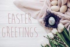 Знак карточки текста приветствиям пасхи на пасхальных яйцах с orname цыпленока Стоковое Фото