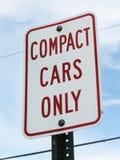 Знак компактных автомобилей только стоковое изображение rf
