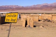 Знак конструкции размещал около хат соломы работников виноградника в Южной Африке стоковая фотография rf