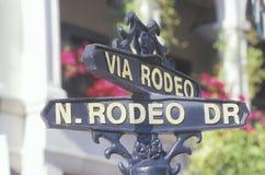 Знак который читает ½ ¿ ï через Rodeo/N ½ ¿ Drï родео Стоковые Фотографии RF