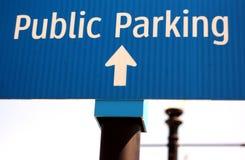 Знак который читает с автостоянкой слов общественной Стоковые Изображения RF