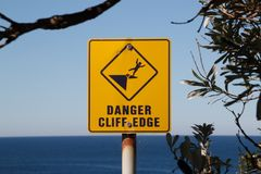 Знак края скалы опасности Стоковые Изображения RF