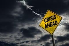 Знак кризиса вперед с бурной предпосылкой стоковая фотография rf