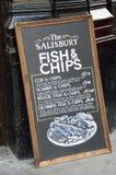 Знак классн классного паба рекламируя традиционную английскую еду рыб и обломоков Стоковое Изображение RF