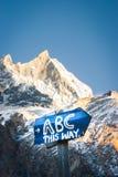 Знак к ABC на треке базового лагеря Annapurna, Непал стоковые фотографии rf