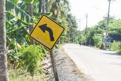 Знак левого поворота, дорожный знак предупреждает выведенного поворота Стоковое Фото