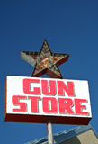 Знак магазина пушки сбора винограда Стоковое фото RF