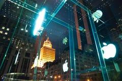 Знак магазина Яблока на Пятом авеню. NYC Стоковые Изображения RF