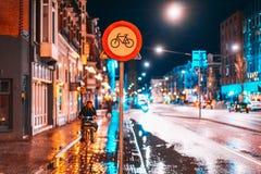 Знак майны велосипеда на улице ночи Стоковые Фотографии RF