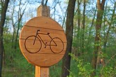 Знак майны велосипеда показывая трассу велосипеда деревянную Стоковая Фотография RF
