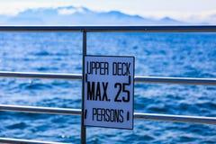 Знак максимальные 25 верхней палуба шлюпки кита наблюдая Стоковые Изображения RF
