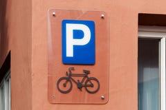 Знак места для стоянки велосипеда на стене Стоковая Фотография