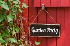 Знак металла с приём гостей в саду надписи Стоковые Изображения
