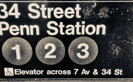 Знак метро станции Пенна, Нью-Йорк стоковое фото