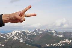 Знак мира над горами Стоковые Фото