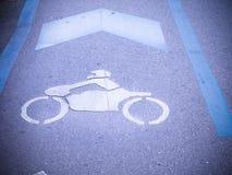 Знак мотоцикла на дороге Стоковая Фотография RF