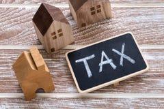 Знак налога с моделью домов Стоковое Изображение RF