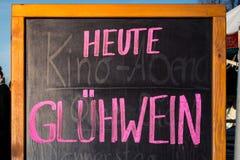 Знак напитка рождества знака Heute Gluehwein традиционный немецкий Стоковые Изображения