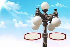 Знак направления и уличный фонарь стоковое изображение rf