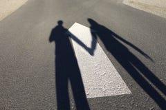 Знак направления прямой стрелки дороги с парами Стоковая Фотография