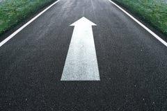 Знак направления стрелки прямой дороги Стоковое Изображение