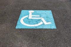 Знак на автостоянке асфальта для инвалидов стоковое фото rf