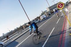 Знак на мосте Blackfriars, велосипедисты автобусной остановки на заднем плане Стоковые Изображения