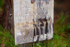 Знак на пляже Hanakapiai предупреждая для того чтобы не пойти около воды из-за невиденных течений Стоковые Фотографии RF