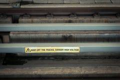 Знак на рельсовом пути - электричество опасности высокого напряжения опасности стоковые фотографии rf
