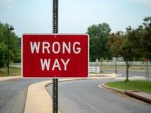 Знак неправильного пути красный на местной подъездной дороге района с космосом к праву стоковая фотография rf