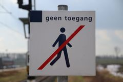 Знак никакой trespassing для людей на конце платформы внутри Стоковая Фотография
